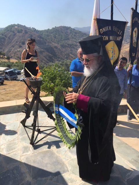 Μετά το Τρισάγιο, κατατέθηκαν στο Μνημείο των Ηρώων στεφάνια εκ μέρους του Πανιερωτάτου Μητροπολίτη μας κ. Νικηφόρου και των άλλων Επισήμων.